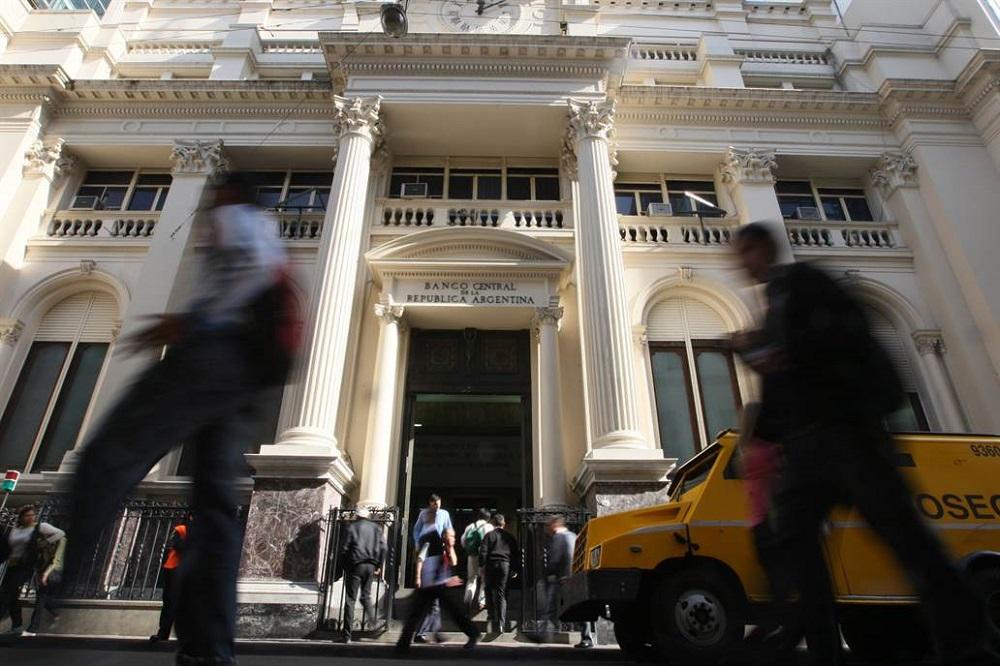 El Banco Central sube los encajes bancarios e inmoviliza $ 60.000 M