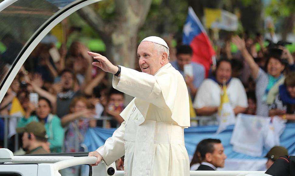 Viral: el Papa Francisco impidió que le besen el anillo del pescador