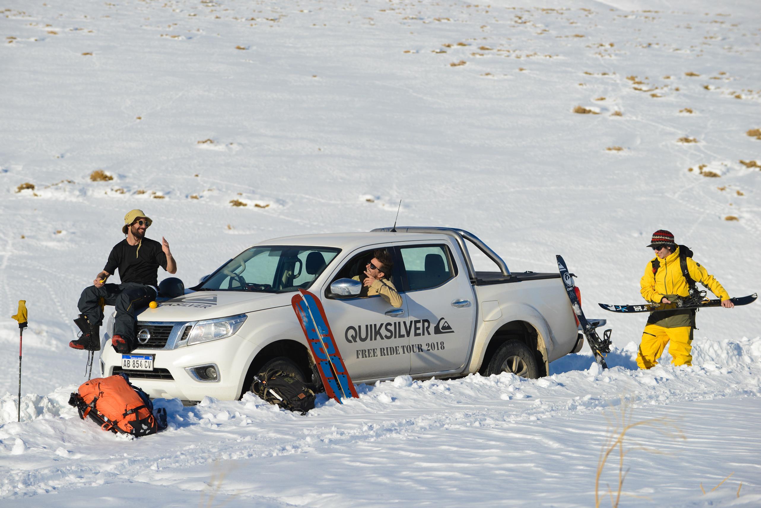 Travesía única en nieve: se deslizaron por calles, techos, cerros y hasta un volcán