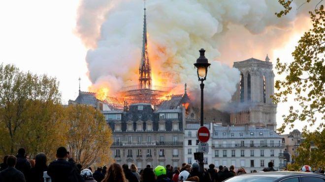 Alarma en París, un incendio envuelve en llamas la catedral de Notre Dame