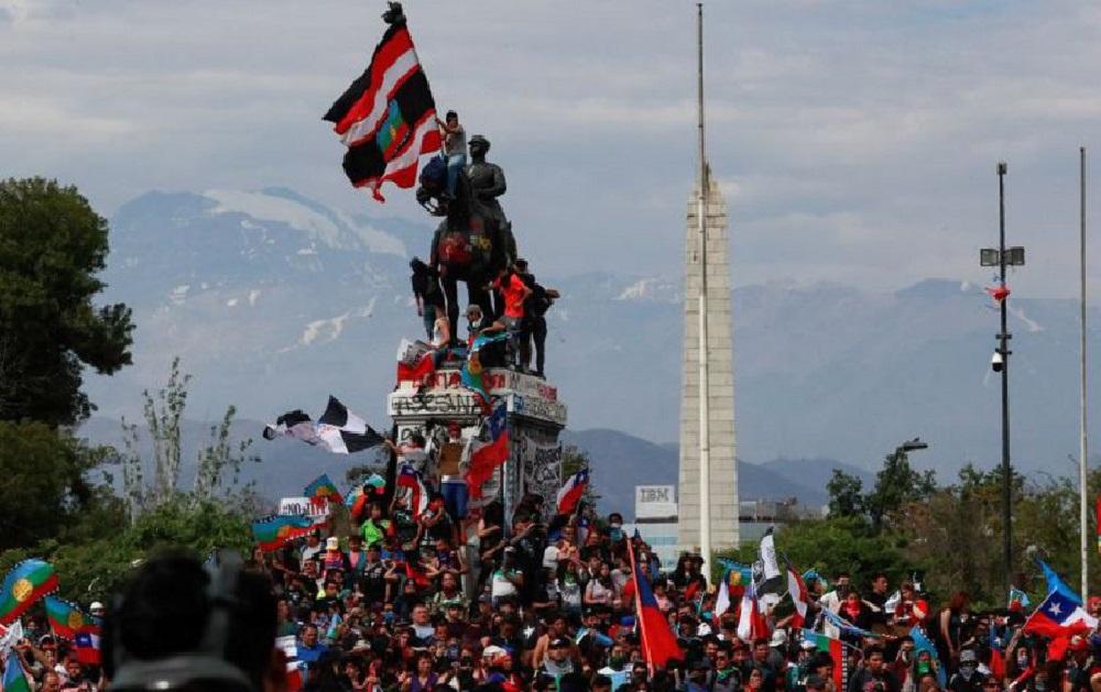 Chile: Piñera no bajará impuestos a los empresarios y siguen las marchas