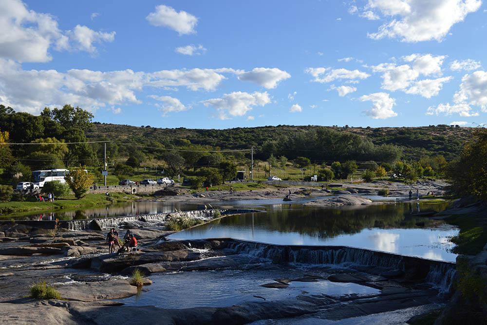 El recorrido del río presenta pequeños saltos, cascadas y ollas