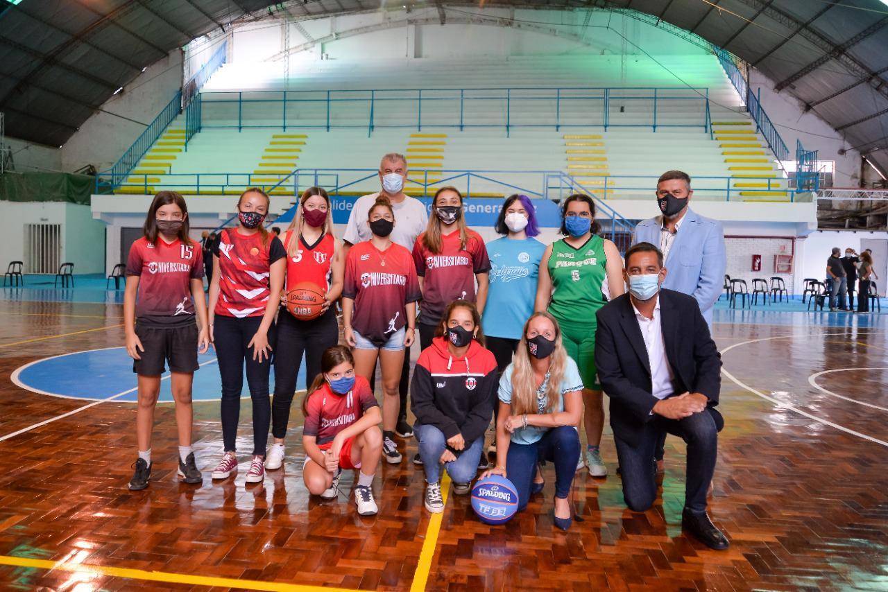 Puesta en valor Polideportivo Gral Paz equipo de basquet femenino con funcionarios