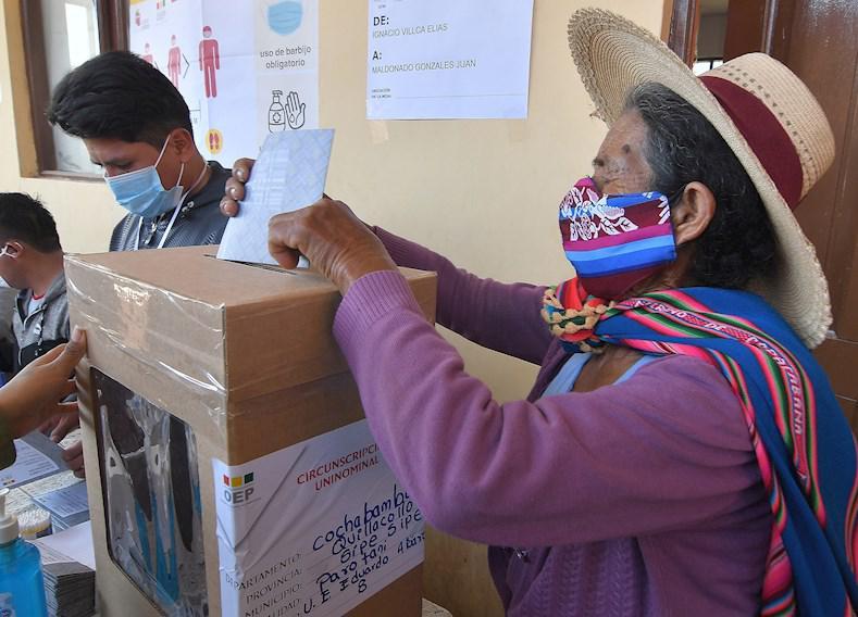 Avanzan los comicios en Bolivia con largas filas en los centros electorales