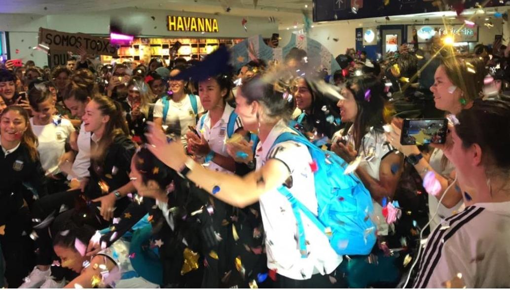 Mundial femenino: multitudinaria bienvenida a la Selección en Ezeiza