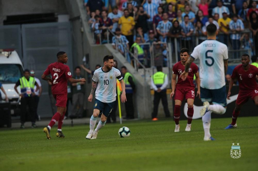 Paredes y Agüero, lo mejor de una Argentina bajo presión