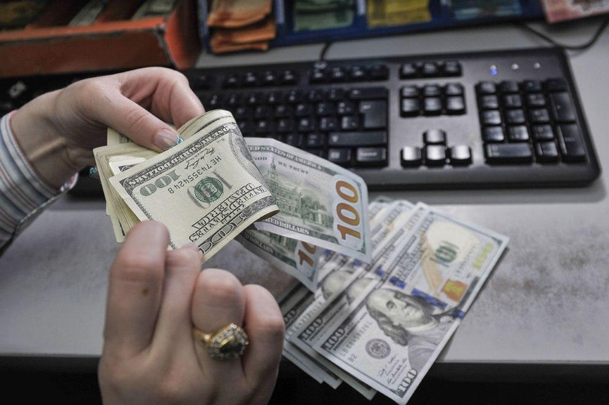 El dólar cede y cierra la semana por debajo de los $28