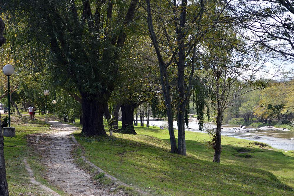 La costanera con sus senderos ideales para largas caminatas_