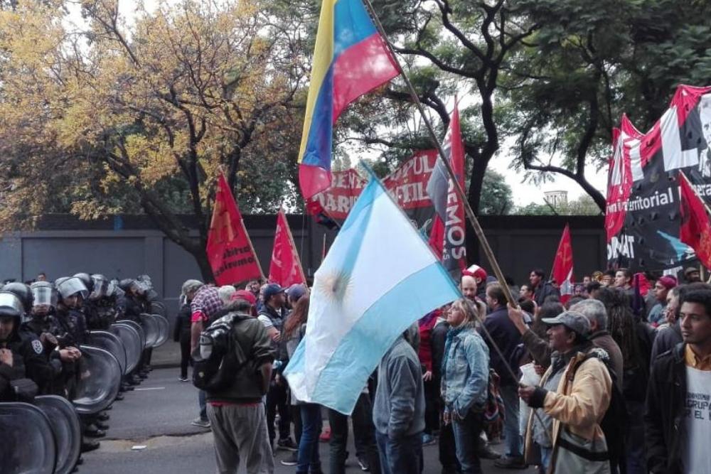 Incidentes y represión policial frente a la Embajada de Venezuela en  Argentina