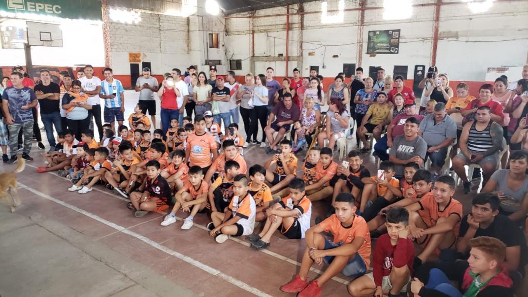 Matías Suárez visitó a los chicos de Unión San Vicente y donó remeras