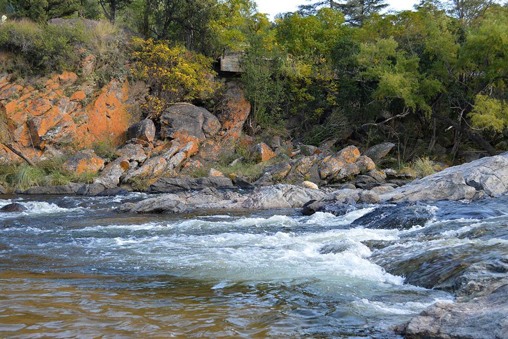 En un tramo, el río hace una curva y se forman saltos un poco más pronunciados_