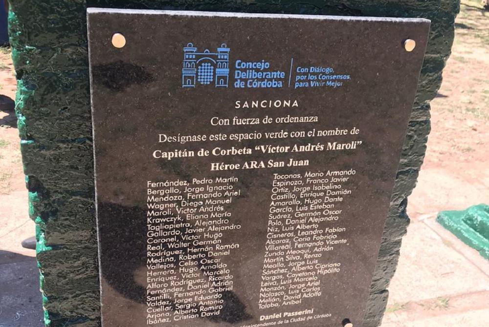 Placa plaza Víctor Andrés Maroli prensa Concejo Deliberante de Córdoba