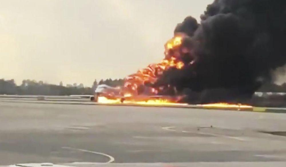 Un avión aterrizó envuelto en llamas en el aeropuerto de Moscú