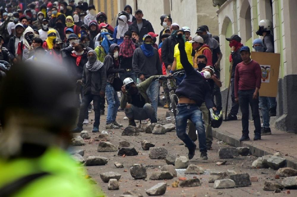 Ecuador: nuevos enfrentamientos entre indígenas y policías frente al Parlamento