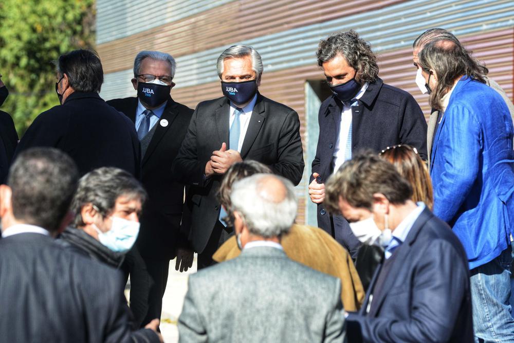 Alberto Fernández e intergantes Gabinete desde el Centro de Protonterapia 11 06 2021