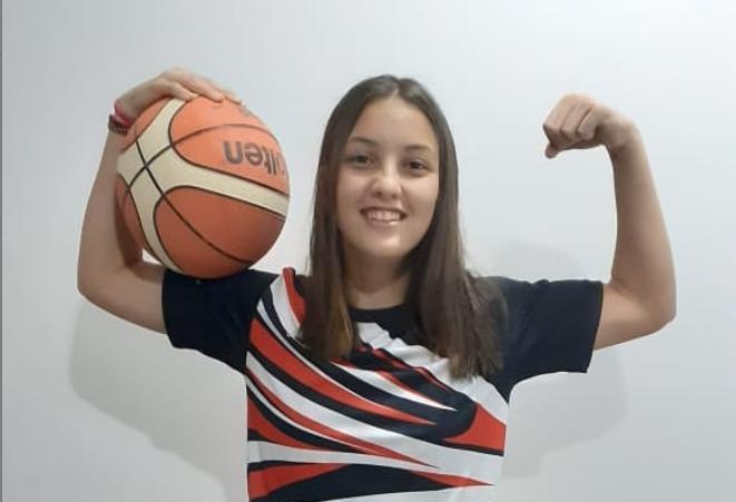 La cordobesa Lucía Ballari entrena con la Selección argentina de básquet U16