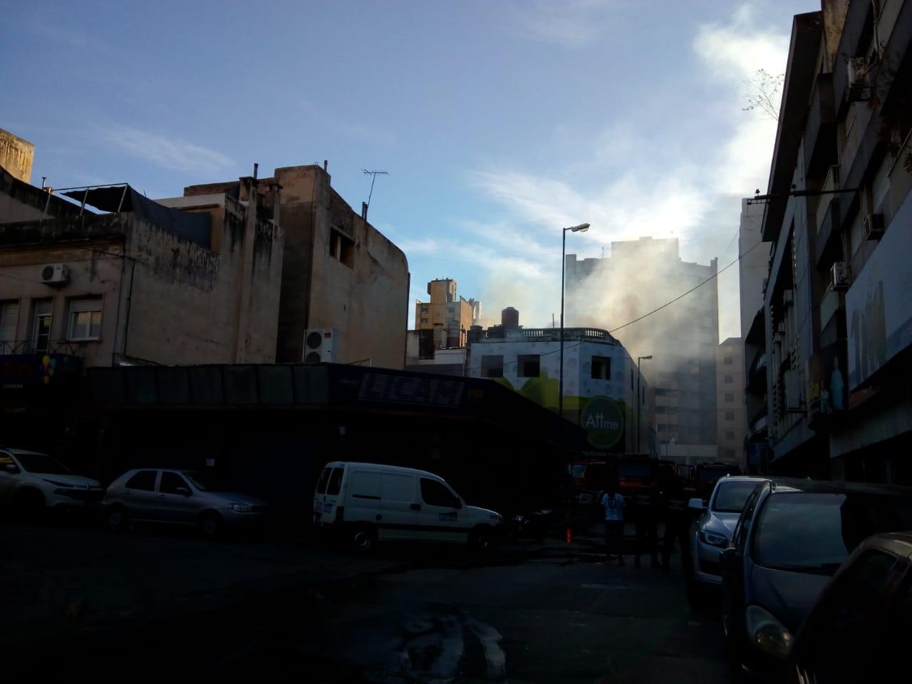 Bomberos combatieron el incendio de un dep sito en pleno for Bazar en cordoba