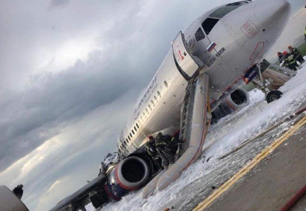 Al menos 41 muertos en el avión que aterrizó envuelto en llamas en Moscú
