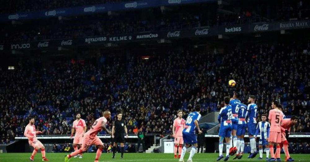 Dos golazos de Messi de tiro libre en el clásico catalán