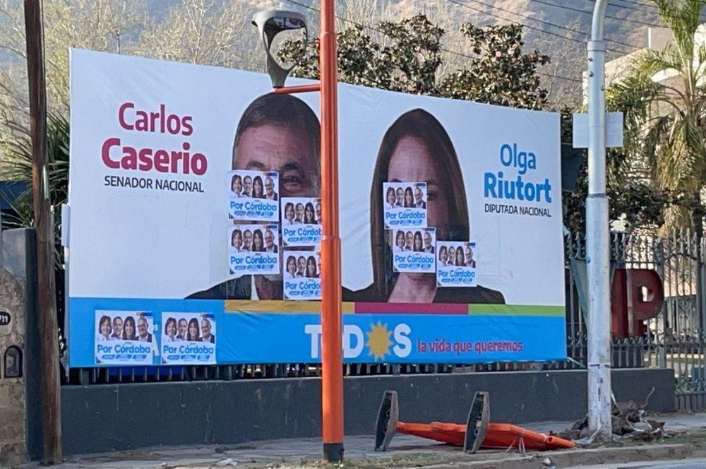 Cartelería Frente de Todos tapada por cartelería de Hacemos por Córdoba en Carlos paz Caserio y Olga
