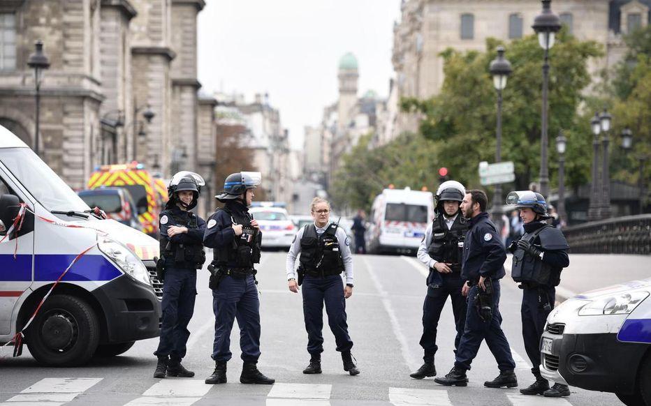 Francia: un hombre asesinó a cuchillazos a cuatro oficiales en París