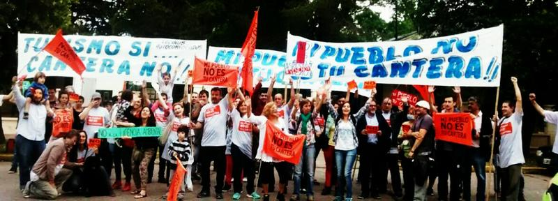 La protesta fue protagonizada por vecinos de José de la Quintana y San Isidro, que se pronunciaron en contra de la implantación de una cantera a escasos 400 metros de las zonas donde viven.