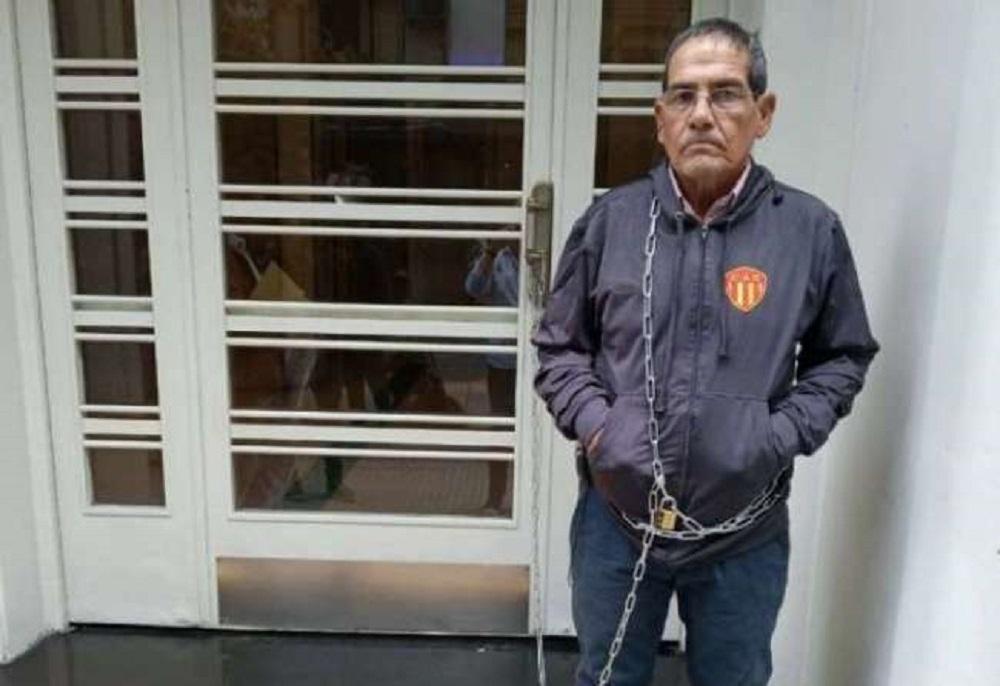 El vice de Sarmiento se encadenó en la puerta de AFA para protestar