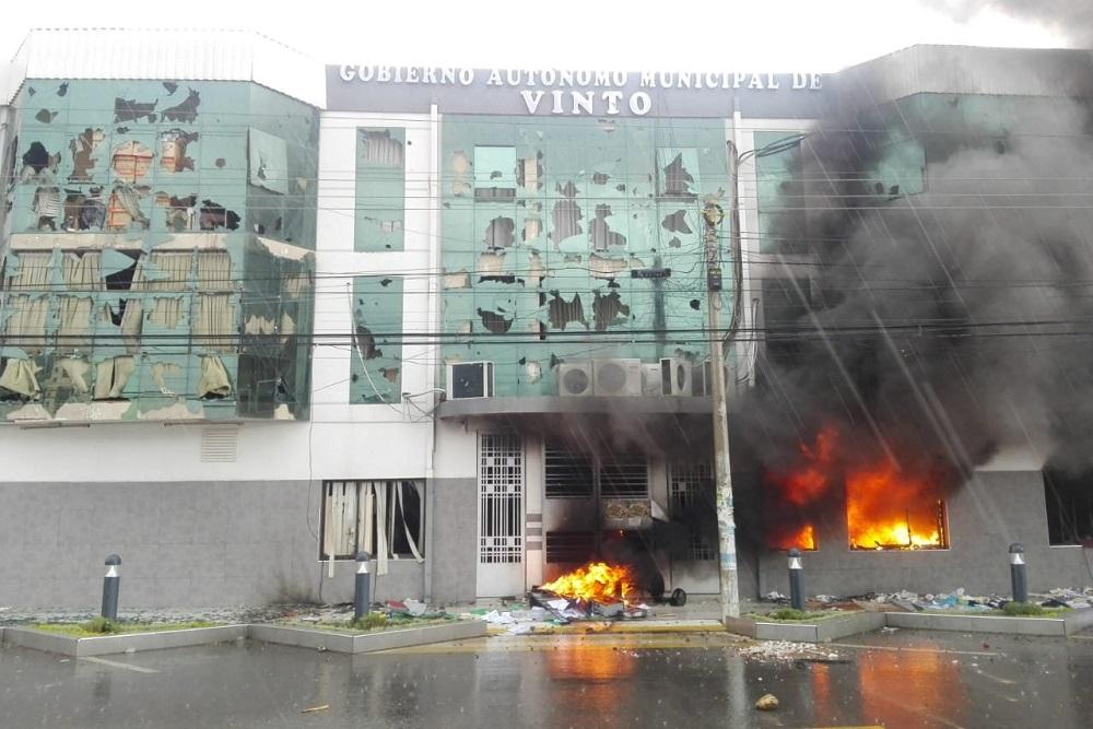 Tensión en Bolivia: queman una municipalidad y retienen a la intendenta