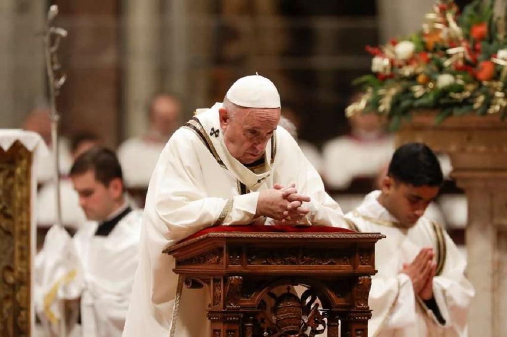 """En la misa de Nochebuena, Francisco criticó """"la lógica de dar para tener"""""""