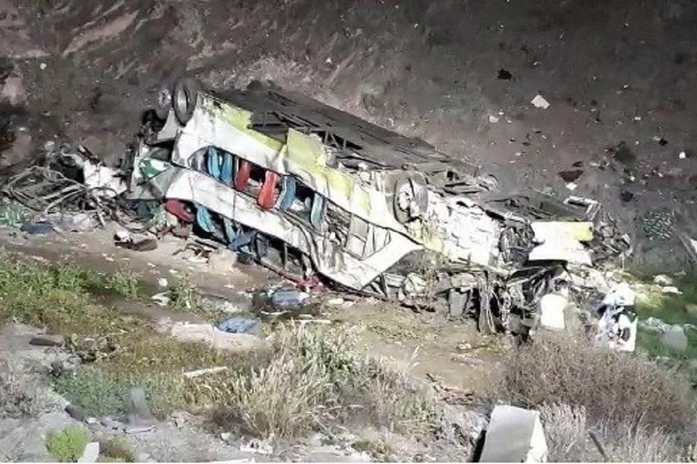 Chile: al menos 20 muertos al caer un ómnibus interurbano por un barranco