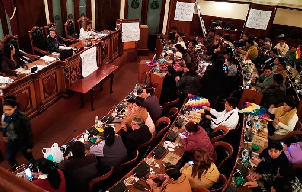 Bolivia: el Congreso aprobó nuevas elecciones sin Evo Morales