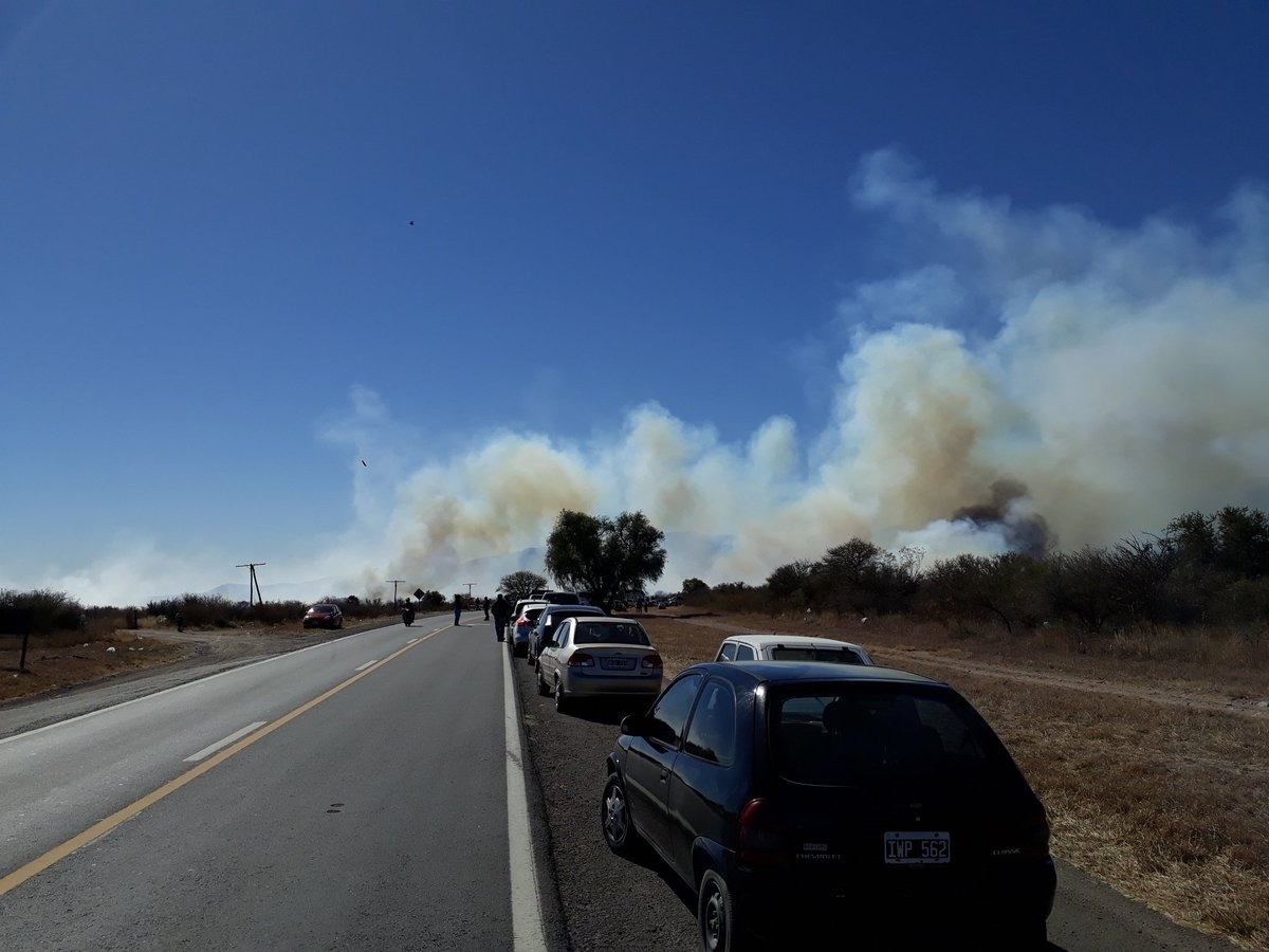Bomberos voluntarios combaten un voraz incendio en Capilla del Monte